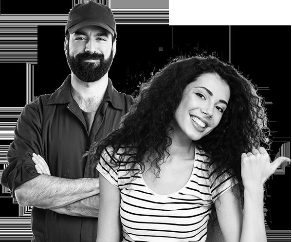 Un homme et une femme souriants